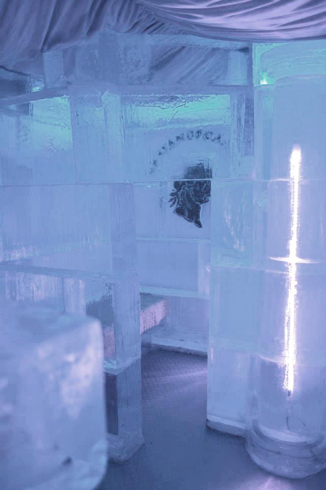 Płaskorzeźba z kostakch z lodu w rzymski barze lodowym